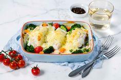 Torsk med brokkoli, gulrot og tomat er perfekt hverdagsmat. Med hvit saus og ost blir nok dette en familiefavoritt.