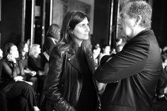 Emmanuelle Alt, rédactrice en chef de Vogue Paris et Mario Testino, quelques instants avant le défilé Haider Ackermann printemps-été 2014 http://www.vogue.fr/mode/inspirations/diaporama/les-coulisses-de-la-fashion-week-printemps-ete-2014-a-paris-jour-5/15471/image/858549#!les-coulisses-de-la-fashion-week-printemps-ete-2014-a-paris-jour-5-emannuelle-alt-mario-testino