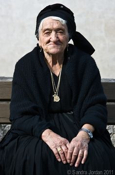 Sicilian woman, gold and black, always an inspiration for Dolce www.alidifirenze.fr