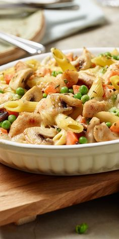 Der bunte Nudelauflauf mit Hähnchen begeistert mit knackigem Gemüse und saftigem Hähnchengeschnetzelten. Wie es sich für einen richtigen Auflauf gehört, kommt zum Schluss noch leckerer Käse oben drauf. Danach geht es zum Überbacken ab in den Ofen. Guten Appetit!