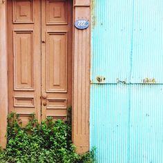 Puerta en Valparaiso by @laciudadalinsta   © #laciudadalinstante #valparaíso… Travel Chile, Knock Knock, Garage Doors, Instagram, Windows, Photo And Video, Outdoor Decor, Home Decor, Doors
