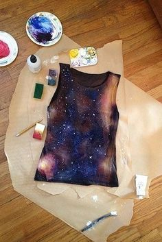 DIY Clothing & Tutorials DIY galaxy shirt- splash/spray with bleach, tie-dye red, bleach again, paint/sponge on red/blue dye/paint and finish with white fabric paint stars flicked on…. If only it would actually look like that when I finish -Read More – Diy Projects To Try, Crafts To Do, Sewing Projects, Craft Projects, Craft Ideas, Diy Ideas, Do It Yourself Mode, Do It Yourself Fashion, Diy Galaxie