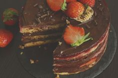 Low calories chocolate cake and fresh strawberries Organic Dark Chocolate, Dark Chocolate Cakes, Low Calorie Chocolate, Delicious Recipes, Yummy Food, Low Calories, Strawberries, Homemade, Fresh