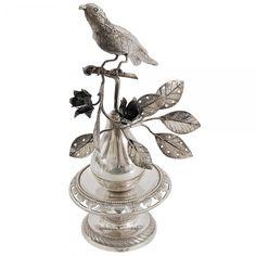 Raro paliteiro em prata luso brasileira contrastada, representando pássaro sobre galho com flores,
