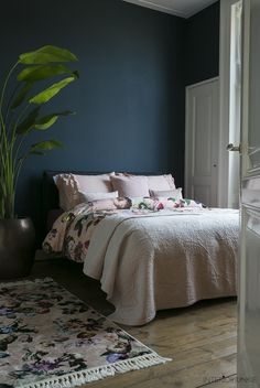 Home interior Design Videos Living Room Hanging Plants Link – Right here are the best pins around Coastal Home interior! Shelves In Bedroom, Bedroom Wall, Bedroom Decor, Interior Design Videos, Interior Design Living Room, Blue Master Bedroom, Master Bedrooms, Natural Bedroom, Parents Room
