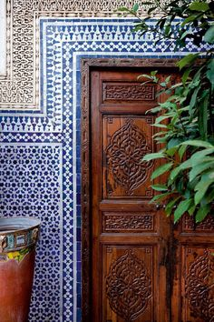 That is the outwardly visible side of Marrakesh: why not let Angelica and Alessio show you the quieter corners: the riad gardens. Moroccan Decor Living Room, Morrocan Decor, Moroccan Bathroom, Moroccan Lanterns, Morrocan House, Moroccan Doors, Moroccan Design, Moroccan Style, Moroccan Blue