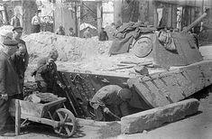 1945, Allemagne, Berlin, Des civils déterrent un char dans les ruines de la ville après la fin de la guerre | by ww2gallery