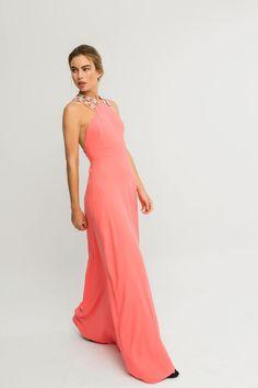 Vestido largo de fiesta coral con vuelo y pasamaneria de piedras para invitada de boda madrina dama de honor