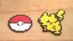 Questo elenco è per una decorazione da tavolo ispirato a Pokemon di in piedi. È fatto di due pezzi: uno sprite di Pikachu retrò e una base di Pokeball che lo sprite si inserisce facilmente nel diventare una decorazione autoportante. Si leva in piedi alto circa 4.  Questo elemento è stato creato da perle di plastica fuse insieme con un ferro da stiro. Il risultato è un pezzo colorato, robusto e piano di pixel art. Fa un regalo unico per tutti gli appassionati di Pokemon e sembra grande su una…