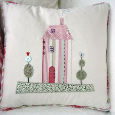 love this little house applique style Sewing Appliques, Applique Patterns, Embroidery Applique, Machine Embroidery, House Quilts, Fabric Houses, Applique Cushions, Pin Cushions, Sewing Crafts