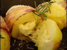 Receita de Batatas assadas recheadas e amarradas com bacon - batatas. Envolva cada batata com uma fatia de bacon e prenda com um palito. Coloque em uma assadeira untada. Regue com azeite e leve ao forno...