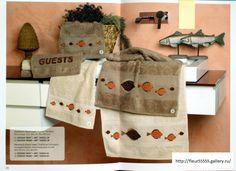 Coppia di asciugamani ricamati a punto croce con barchette