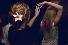 Dancing !  #dance #girls #flower #hair #orchidee #orchid #blond #pompadour #lapompadour