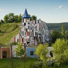 Fifth grade Freidrich Hundertwasser architecture Unusual Buildings, Interesting Buildings, Amazing Buildings, Friedensreich Hundertwasser, Gaudi, Architecture Organique, Architecture Unique, Underground Homes, Unusual Homes