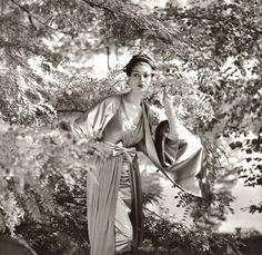 """Wie im flirrenden Sonnenlicht so im Glanz kristallener Lüster"""", Simone d'Aillencourt, Abendkleid von HornF.C. Gundlach Berlin 1957 in: Film und Frau Modeheft H/W 1957/58"""