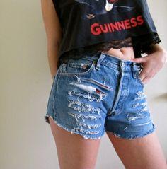 O bom e velho shorts desfiado em jeans é indispensável http://vilamulher.terra.com.br/moda/estilo-e-tendencias/shorts-para-todas-as-pernas-14-1-32-2781.html