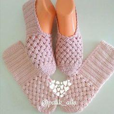 The Cloister Shell Shawl Crochet Tutorial Knitting and Bordado Videos Crochet Slipper Boots, Crochet Slipper Pattern, Knitted Slippers, Crochet Patterns, Crochet Shawl, Crochet Stitches, Crochet Baby, Diy Crafts Crochet, Crochet Projects