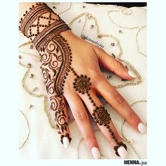 Mehendi Unique Mehendi Design Ideas That Are Trending This Season! Modern Henna Designs, Mehndi Design Photos, Wedding Mehndi Designs, Mehndi Designs For Fingers, Beautiful Henna Designs, Latest Mehndi Designs, Simple Mehndi Designs, Wedding Henna, Mehndi Images