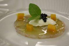 Amuse bouche La langoustine en carpaccio, une crème fouettée à l'amande et œufs de hareng fume