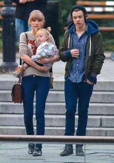 Por mucho que Harry adore a baby Lux, esto no significa que a Hazza le hayan entrado ganas de ser padre. Y no nos extraña porque solo tiene 18 años ¡¡es súper joven!!   Pero Taylor, su supuesta novia, parece que ya está pensando en tener niños y eso que acaba de cumplir 23 años.  A Tay le encantan los bebés y según los rumores no para de hablar de niños con Harry y como podréis adivinar, estas conversaciones incomodan y aterrorizan a Hazza, que no quiere oír hablar de tener niños p