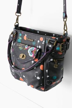 A practical, everyday bag with 4 exterior and 3 interior pockets which can also be worn as a shoulder bag. It measures 23 x 12.5 x 23.5 cm. It's black, made of faux leather and perfect for night time looks that need a touch of color!