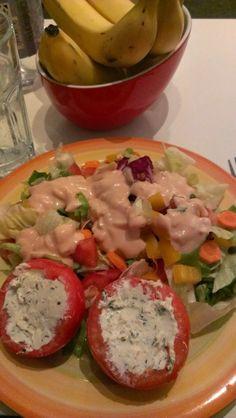Sinah will essenstechnisch etwas auf die Bremse treten und schwört daher auf Salate mit Extras. Hier: Rohkostsalat mit gefüllten Tomaten