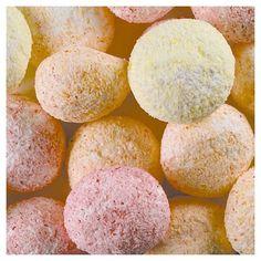 La boule de coco à croquer avec ses éclats de coco aux couleurs pastels.
