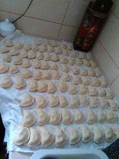 Będąc u Babci mojego męża Zosi (którą z miejsca całuję mocno), miałam przyjemność lepic pierogi z ciasta przez Nią wcześniej przygotowanego, a potem je jeść. Ciasto było nieprawdopodobnie puszyste i kleiste, nie przyklejało się jednak do stolnicy, nie trzeba było go podsypywać mąką, a smak pierogów był NIEPRAWDOPODOBNY Polish Recipes, Polish Food, Italian Dressing, Pasta, Tortellini, Ravioli, Food Design, Quick Easy Meals, Italian Recipes