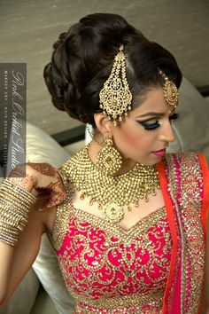 101 Indian Wedding Hairstyles For The Contemporary Bride - Braut Bridal Hairstyle Indian Wedding, Indian Wedding Hairstyles, Hairstyles For Gowns, Bun Hairstyles, Mehndi Hairstyles, Simple Hairstyles, Lisa Rinna, Kris Jenner, Bridal Hair Inspiration
