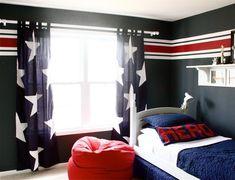des murs en bleu foncé et des motifs d'étoiles blanches dans la chambre d'un garçon ado