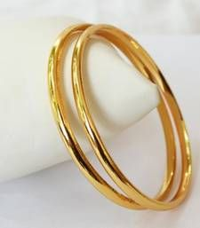 Here are the 9 best 4 gram gold bangles in India. The gold bangles in 4 grams designs are the best choice for all because they are simple yet stylish. Plain Gold Bangles, Gold Bangles Design, Gold Plated Bangles, Gold Jewellery Design, Gold Jewelry, Designer Bangles, Indian Gold Bangles, Diamond Jewellery, Handmade Jewellery