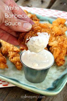 Es la típica del Estado de Alabama. Esta salsa barbacoa tiene una base de mayonesa, en vez de un tomate o el vinagre tradicional.  Ingredientes – 2 tazas de mayonesa – 1/3 taza de vinagre de vino blanco – 3 cucharadas de jugo de limón – 1 cucharada de ajo picado – 1 cucharadita de azúcar blanco – 1 cucharadita de sal – 1 cucharada de pimienta negra