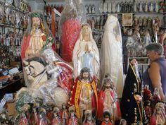 Inúmeras lojas vendendo imagens de santos, em Pirapora