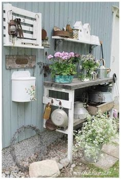 Having a potting bench makes working in the garden so much easier and more organized. Here's a great collection of DIY potting bench ideas. Garden Spaces, Garden Pots, Garden Sheds, Garden Cart, Country Look, Potting Station, Palette Deco, Potting Tables, Shabby Chic Garden
