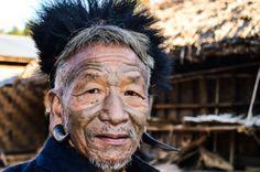 Причудливые серьги, татуировка на лице, головной убор из обезьяны, почти европейское пальто и самодельные шорты. В племени Коньяк считается, что примерно так должен выглядеть уважающий себя мужчина старшего поколения.