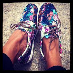 des chaussures bateau à fleurs.... j'adore