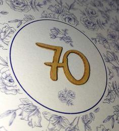 Romantische Einladungskarte zum Geburtstag wählbar mit Holzzahl-Applikation und floralem Druck inkl. naturbraunem Einleger.Quadratische Einladungskarte aus cremeweißem Naturkarton und braunem Kraftpapier als Einlegeblatt.Die leicht verkürzte Vorderseite zeigt das braune Einlegeblatt auf den ersten Blick.Passend zum Einleger kann bei dieser Klappkarte eine Zahl aus Holz an der Vorderseite angebracht werden.Bitte beachten Sie: diese Einladung ist ohne Zahl oder gegen Aufpreis mit frei… Symbols, Letters, Natural Brown, Invitation Text, Kraft Paper, Golden Anniversary, You're Welcome, Icons, Letter