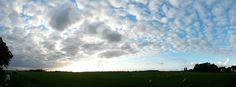 Wolken die oplossen in de richting van de Eems