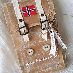 "142 likerklikk, 13 kommentarer – Mette Rønning Buskum (@mettebuskum) på Instagram: ""Ryggsekk til en turglad jubilant🇳🇴 #bursdagfeiring #tursekk #kort #scrapping #craft #papercraft…"" Paper Art, Arts And Crafts, Gift Wrapping, Invitations, Cards, Gifts, Group, Instagram, Paper Art And Craft"