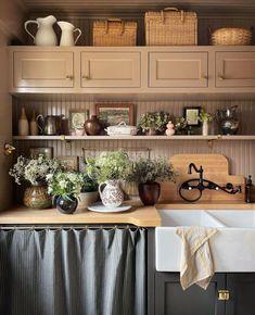 Instagram Swedish Farmhouse, Farmhouse Design, Farmhouse Decor, Cosy Kitchen, Country Kitchen, Cabin Kitchens, Inside Home, Butler Pantry, Open Shelving