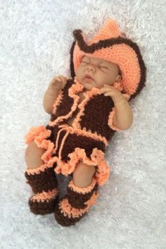 cowboys and cowgirls This is an adorable crocheted baby girl Cowgirl Outfit. Includes vest, skirt with cute little ruffled edge, Cowgirl Hat, and Cowgirl booties. Baby Set, Baby Kostüm, Baby Kind, Baby Love, Baby Dumbo, Cute Kids, Cute Babies, Cowgirl Photo, Accessoires Barbie