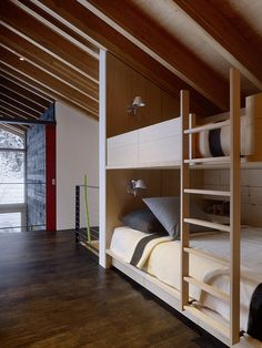 Kicking Horse Residence / Bohlin Cywinski Jackson + Association with Bohlin Grauman Miller Architects / Bunk bed - Literas Bunk Beds With Stairs, Kids Bunk Beds, Loft Spaces, Small Spaces, Home Interior, Interior Design, Resort Interior, Modern Bunk Beds, Modern Bedroom