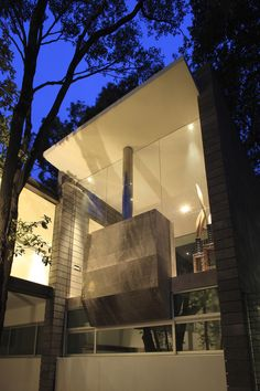 Volumen de chimenea entre cristales - Torres House / GLR Arquitectos