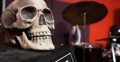 """Efeitos negativos do rock. Rock e heavy metal têm causado polêmica desde que foram inventados, e muitas pessoas acreditam que esta música tem um efeito negativo sobre os jovens. As guitarras distorcidas, baixo, bateria e vocais altos ou gritados são conhecidos como """"hard rock"""", e bandas como Black Sabbath, Led Zeppelin e Judas Priest podem ser classificado desta forma. Os ..."""