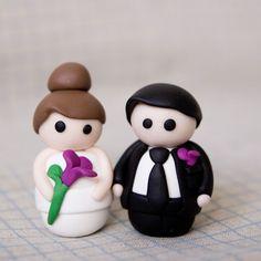 Parejita de novios personalizados (de 5 cm.) hechos en fimo ideal para regalar a tus invitados más especiales. Realizadas a mano, de manera totalmente artesanal.