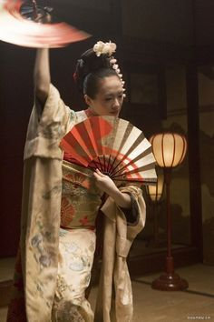 """'Fan Dance' from the movie """"Memoirs of a Geisha"""". Sayuri wears a furisode (kimono with long, flowing sleeves) embroidered with cherry blossoms. You'll notice tucks at the shoulders and about halfway. Samurai, Japanese Kimono, Japanese Art, Art Magique, Furisode Kimono, Colleen Atwood, Zhang Ziyi, Memoirs Of A Geisha, Movie Costumes"""