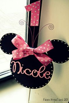 Minnie mouse cake topper.