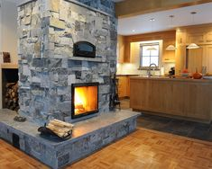 Foyers de masse, Fours maçonnerie - Réalisations | Thermas 3 Sided Fireplace, Brick Fireplace, Living Room With Fireplace, Fireplace Design, Wood Stove Heater, Foyers, A Frame House, Garage Makeover, Solar House