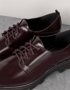 Sapato piso tacos detalhe metálico. Descubra esta e muitas outras roupas na Bershka com novos artigos cada semana