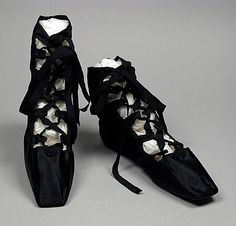 Also from this style of shoe was known as 'Grecian sandals' for their historically inspired design. Grecian sandals came in and out of fashion every few years throughout the Regency era. [These look like my Irish Step Dancing ghillies] Jane Austen, Vintage Shoes, Vintage Accessories, Vintage Outfits, Vintage Ballet, Retro Mode, Old Shoes, Shoe Boots, Shoe Bag